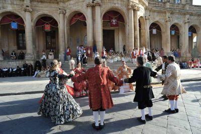 una esibizione del Corteo Barocco di Noto in piazza Municipio